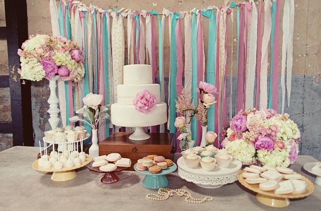 sladkij-stol-na-malenkoj-svadbe