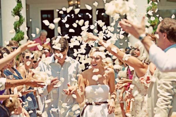 A tradição da chuva de arroz na saída da cerimônia