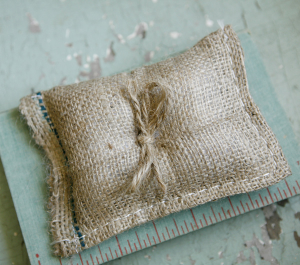 burlap-bag-ringpillow2
