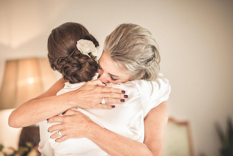 025-wedding-mother-bride-hug-emotion