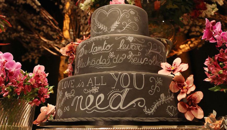 O sucesso do bolo-lousa nos casamentos modernos