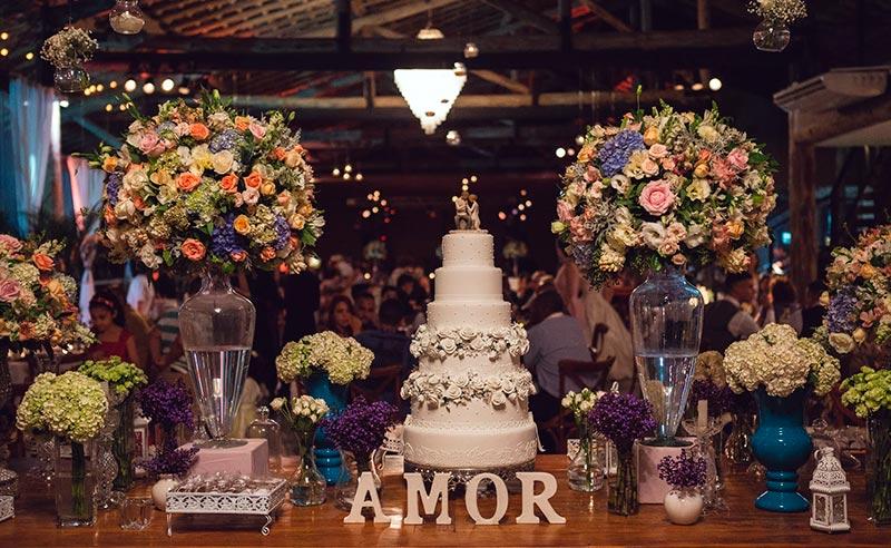 Bolo de casamento na mesa de doces