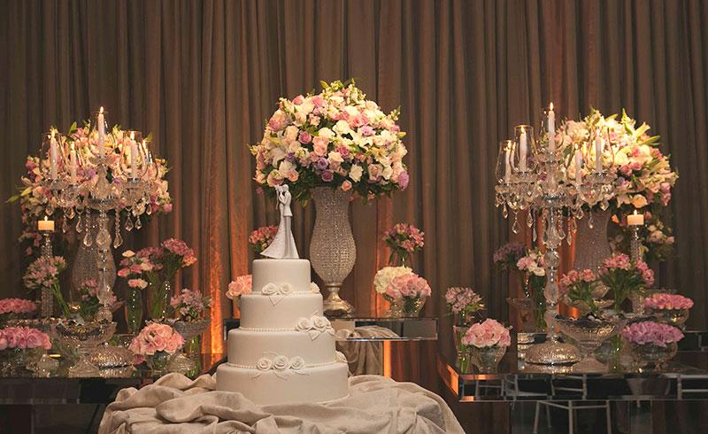 Bolo de casamento clássico na mesa de doces