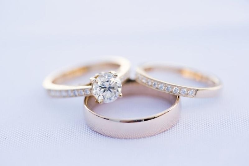 Aparador de aliança com anel de noivado e aliança de casamento