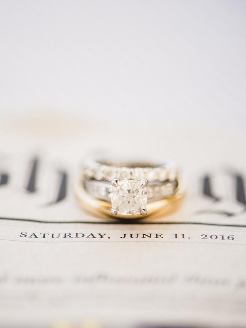 Aparador de aliança, anel de noivado e aliança de casamento