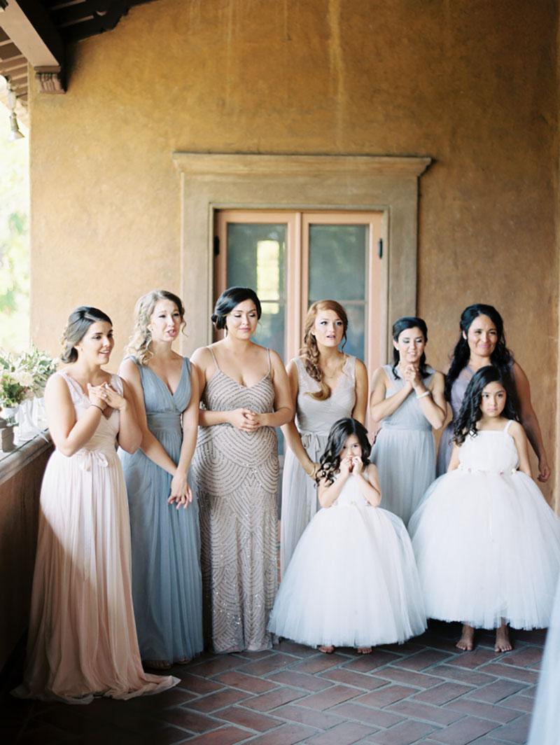Madrinhas de casamento e daminhas vendo a noiva