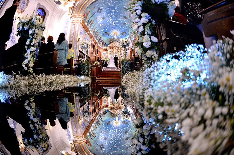 Foto decoração da igreja com passarela de espelho