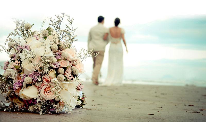 Foto pós-wedding noiva e noivo na praia