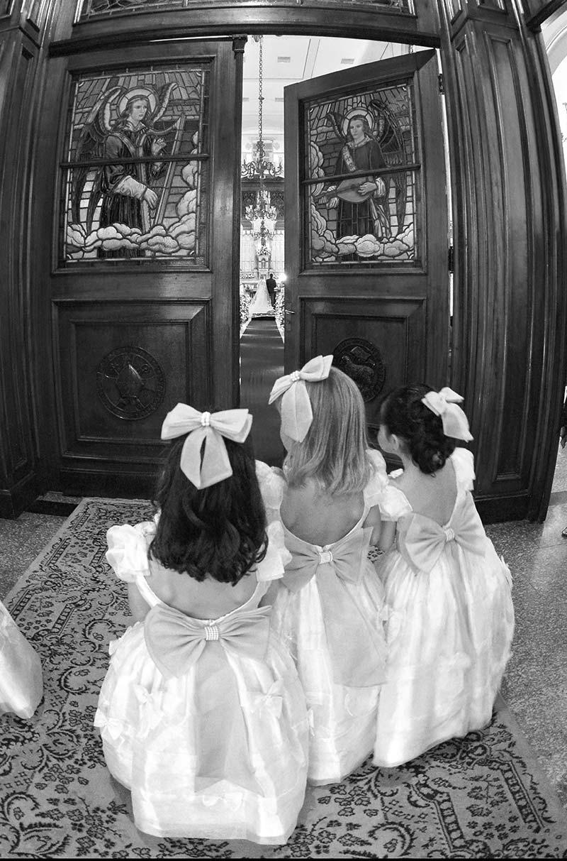 daminhas de casamento na porta da igreja