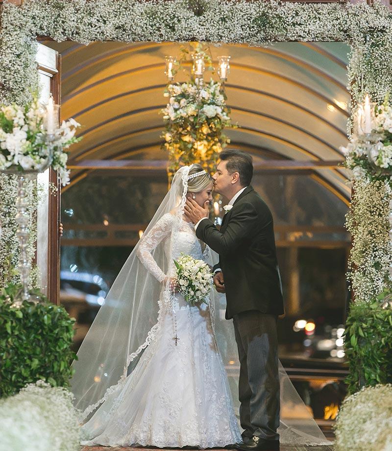 Foto da noiva entrando na igreja com seu pai