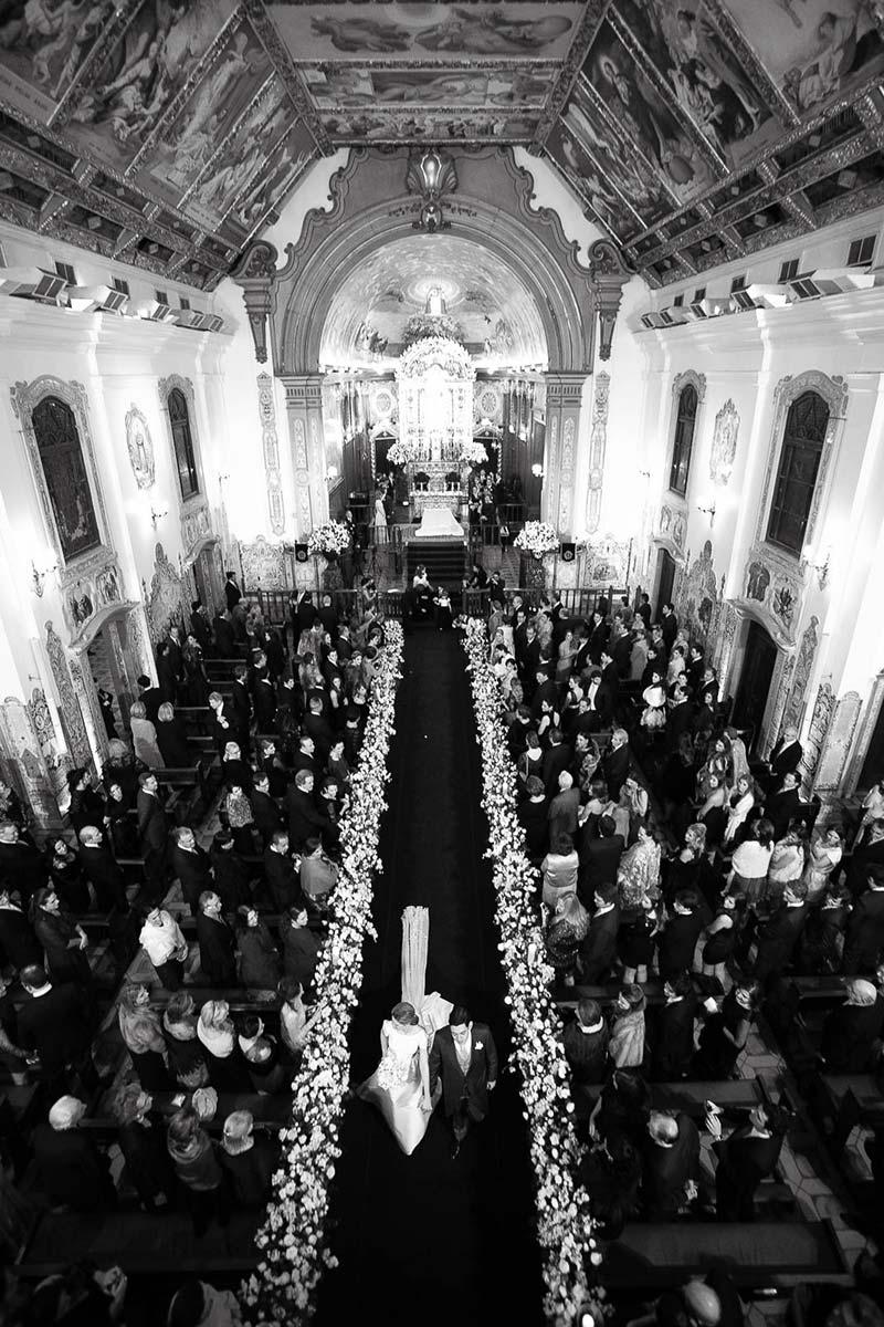 Foto noivos saindo da igreja