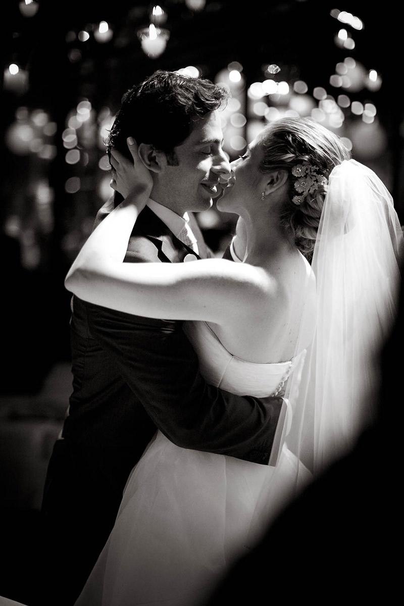 Noiva e noivo se beijando na primeira dança