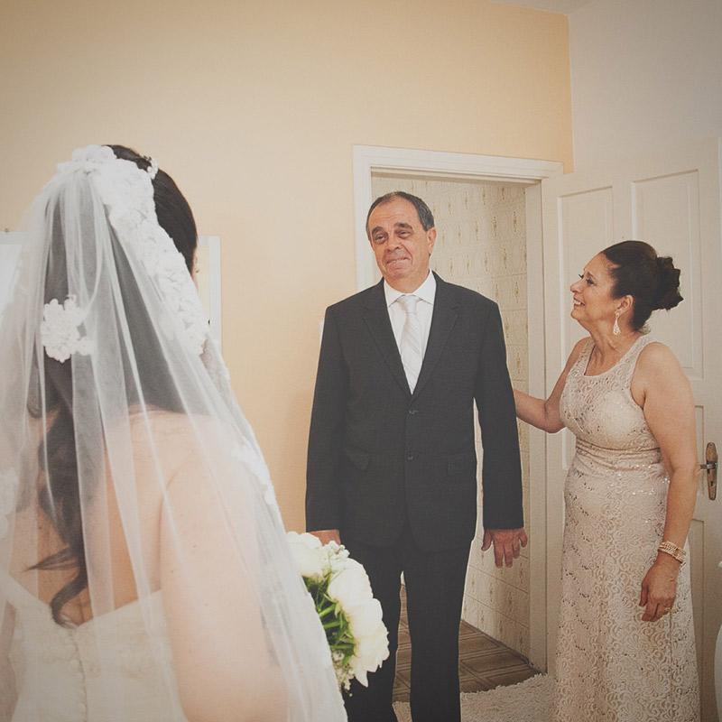 foto do pai e mãe da noiva emocionados