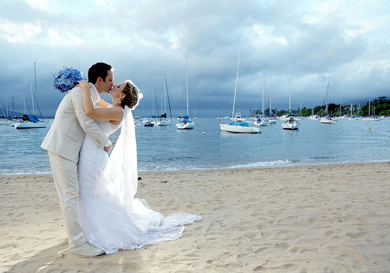 foto pós-casamento noiva e noivo na praia