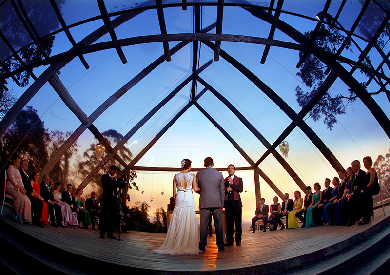foto de casamento noivos e padre