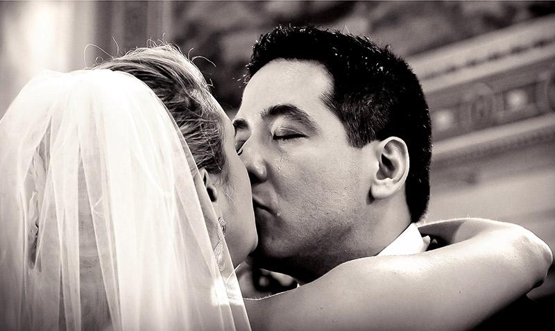 foto da noiva e noivo emocionado