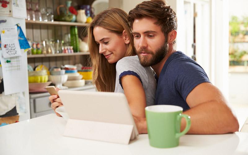 casal criando lista de cotas de lua de mel