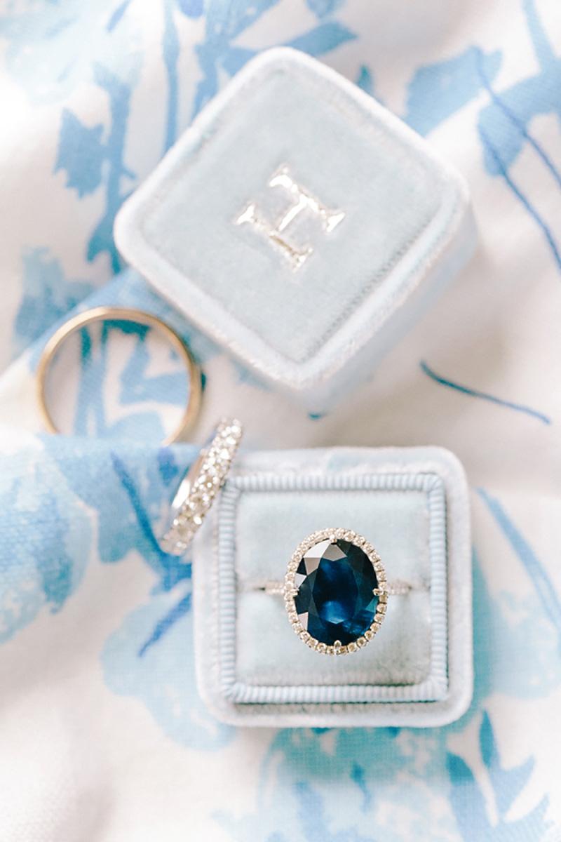 anel de noivado com gema azul escuro