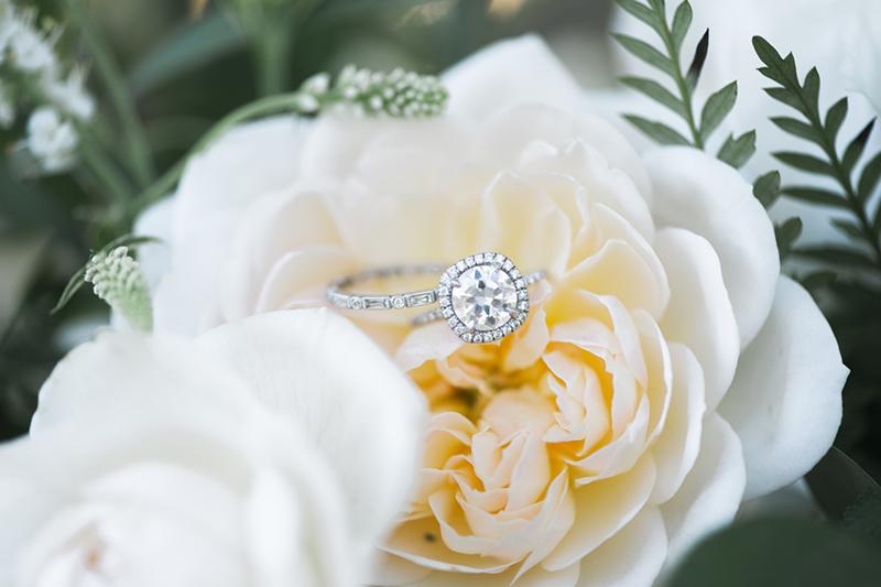 anel de noivado com diamante em flor
