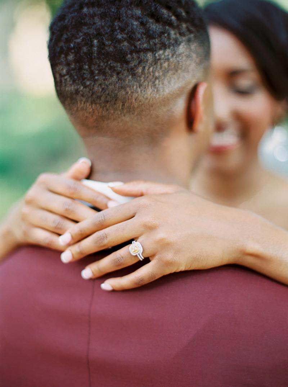 casal abraçado noiva com anel de noivado