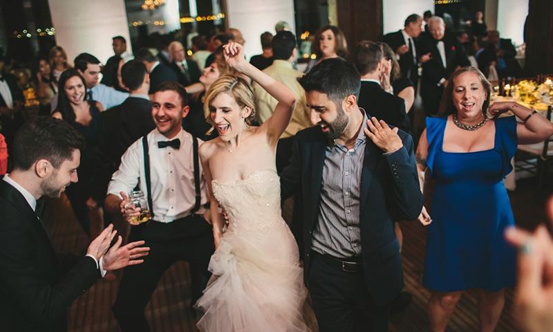 noiva e noivo dançando no casamento
