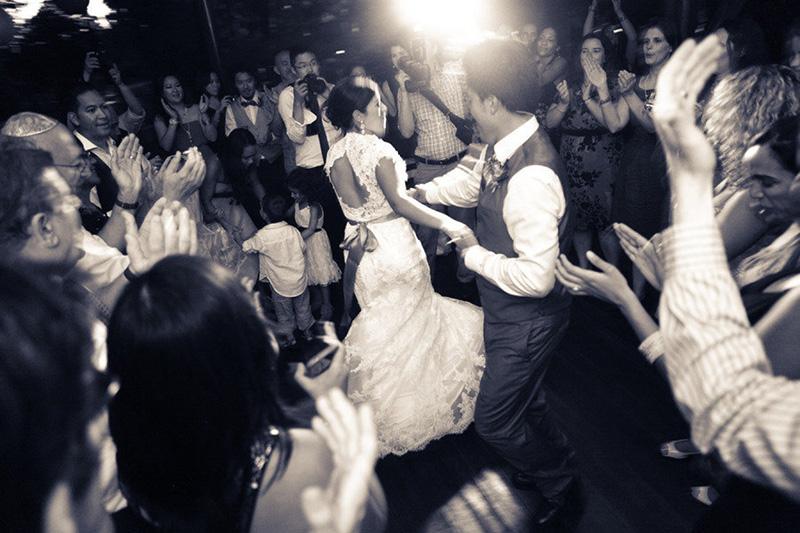 noiva e noivo dançando no casamento com banda