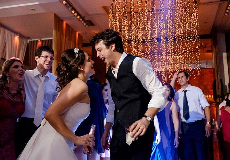 casamento real noiva e noivo na pista de dança