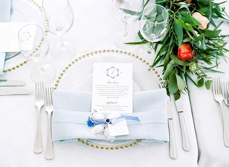 detalhes de folhagens na mesa de casamento