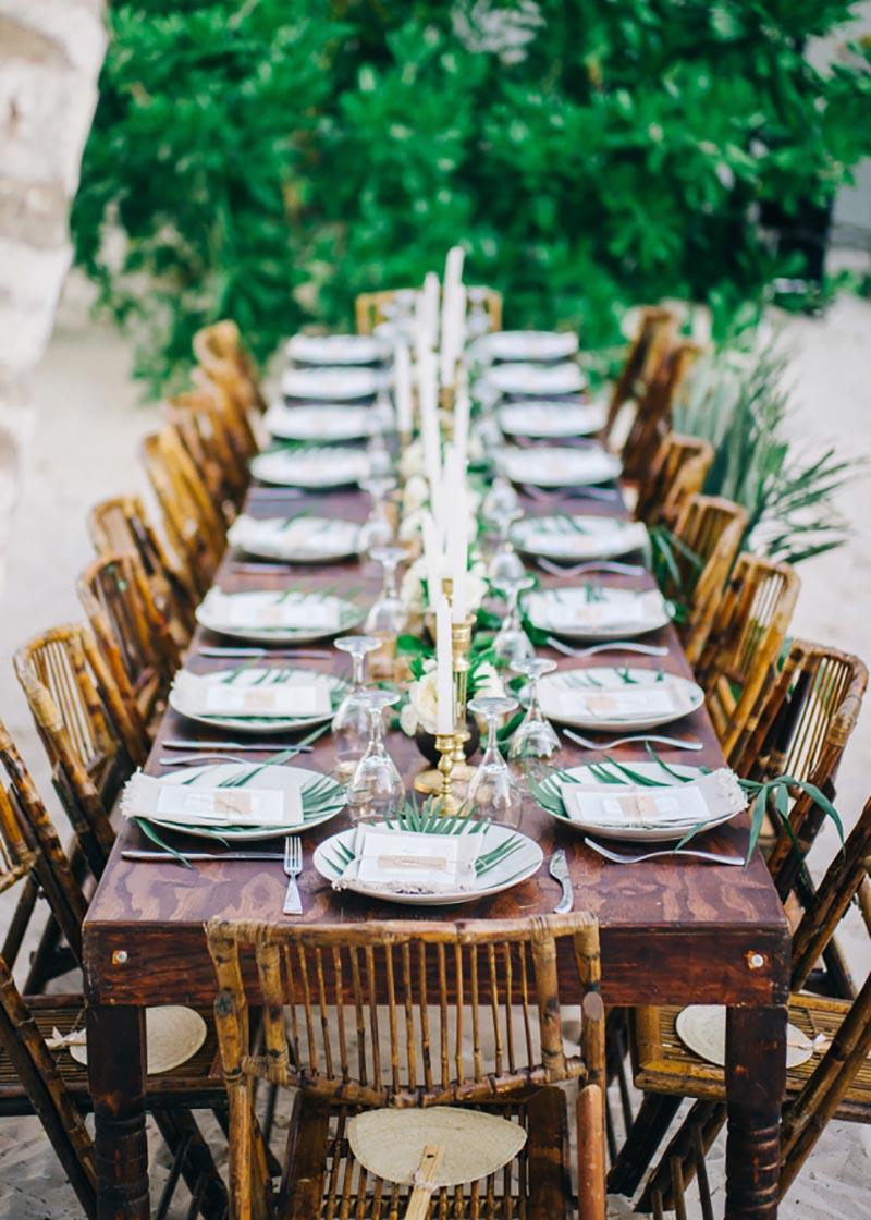 decoração com folhagens na mesa do casamento