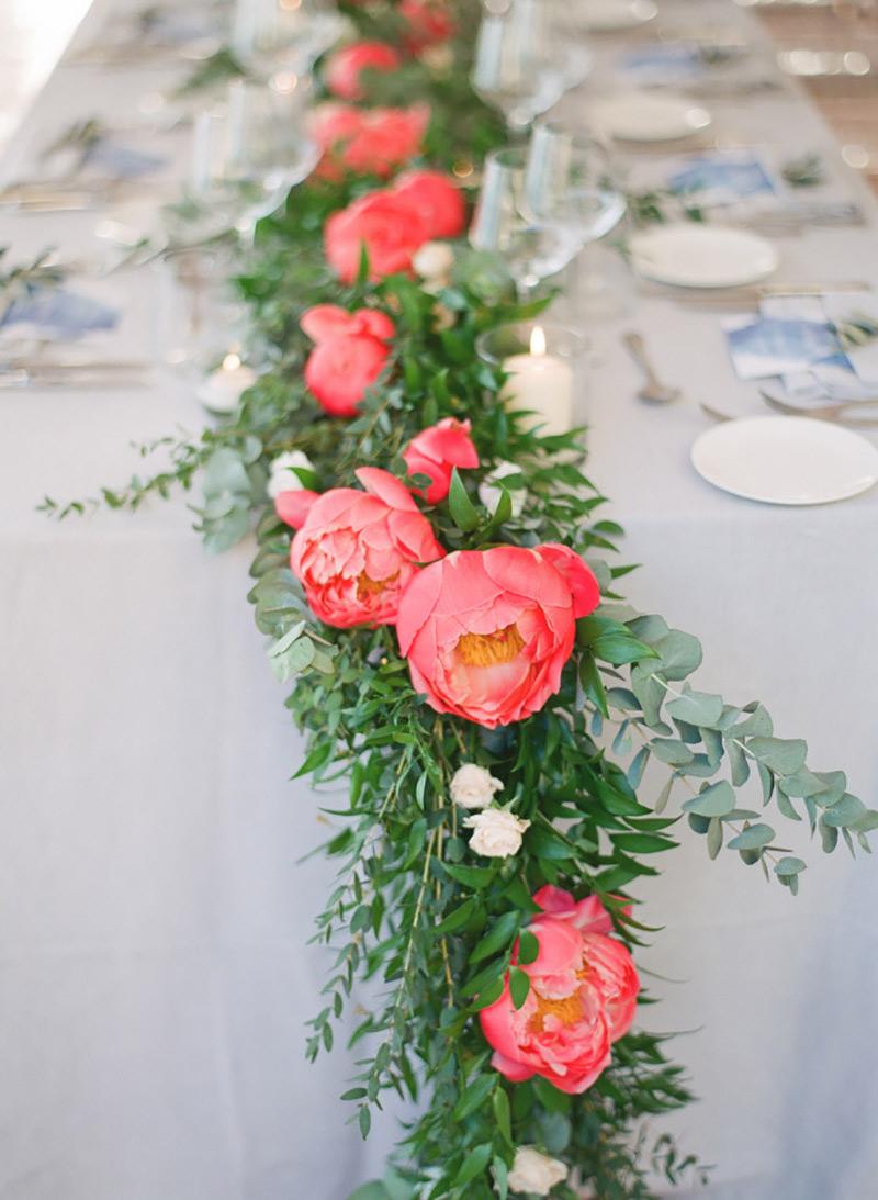 decoração com folhagens e flores no casamento