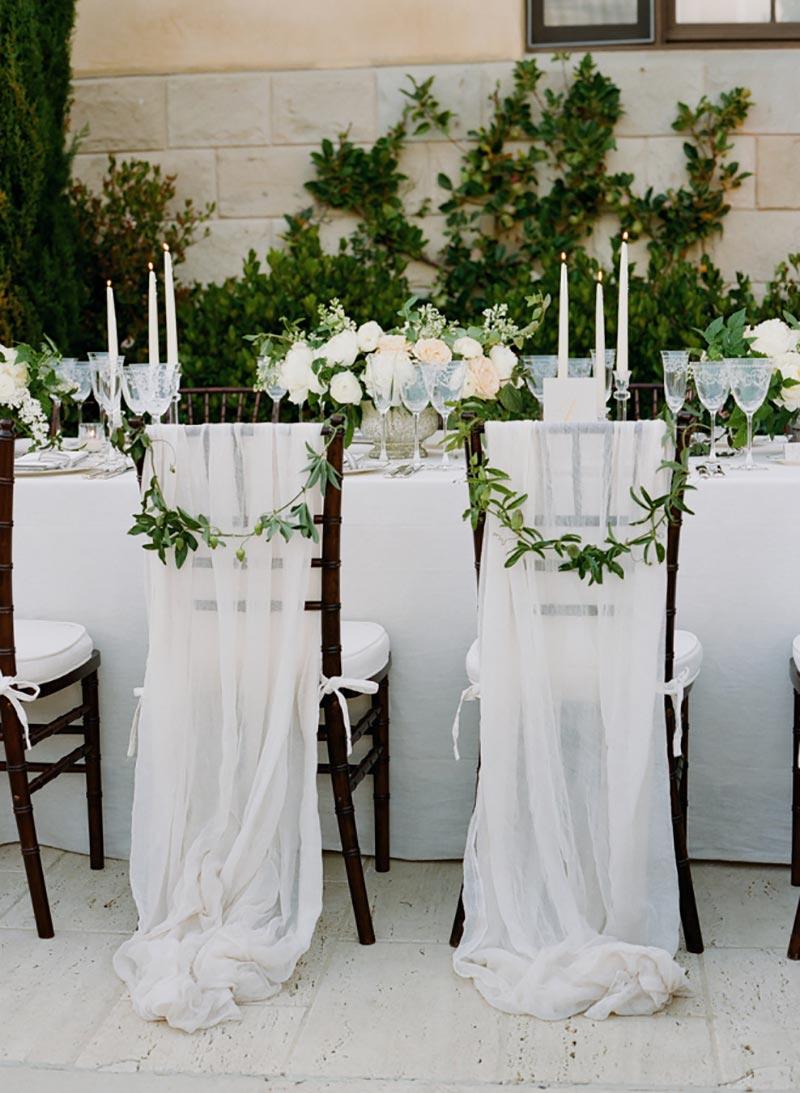 folhagens na cadeira de casamento