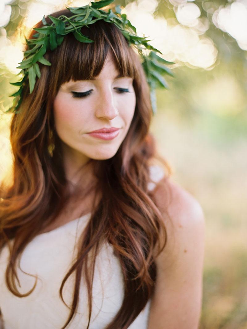 arranjo de cabelo da noiva com folhagem