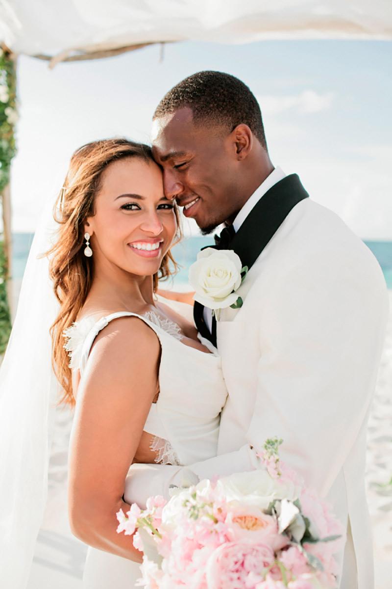 noiva e noivo negros em casamento na praia