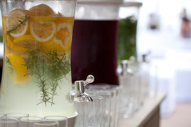 mesa de sucos e águas aromatizadas para casamento
