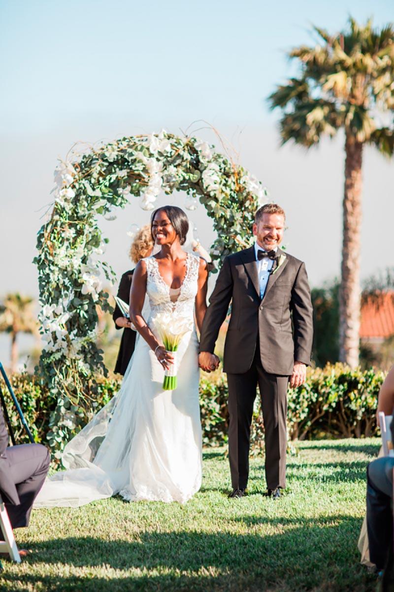 noiva negra com cabelo preso em casamento no campo