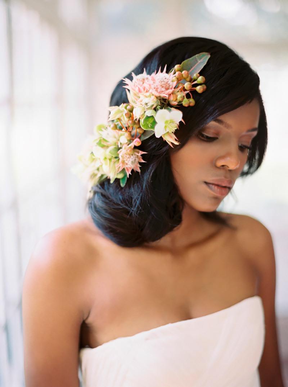 noiva negra com arranjo de flores no cabelo preso