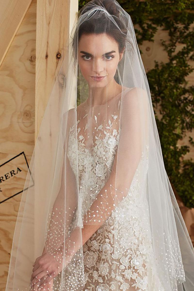 vestido de noiva com aplicações e véu