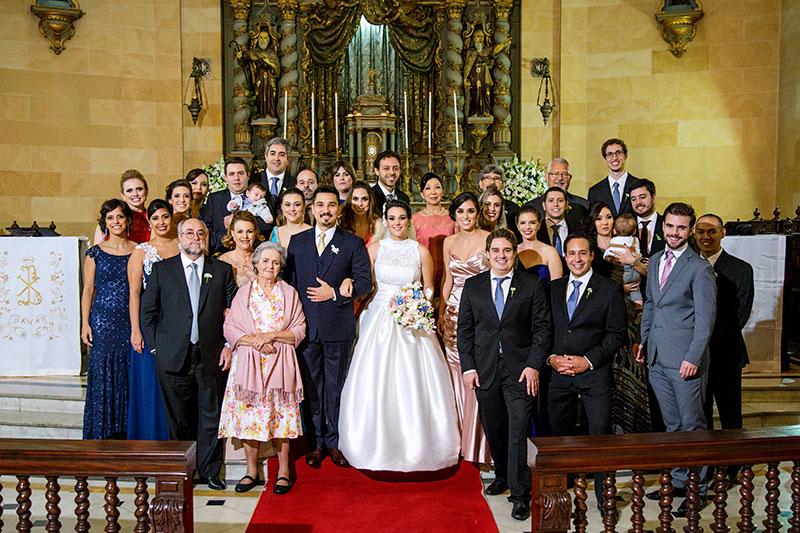 noivos e padrinhos na igreja