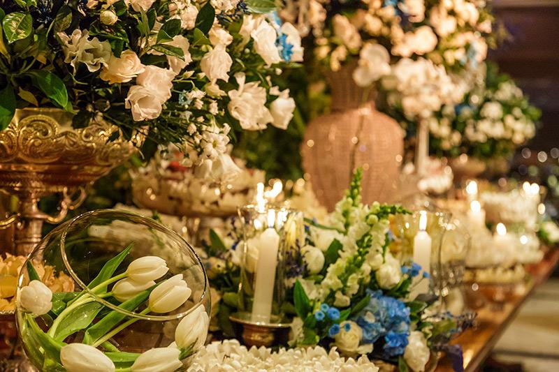 decoração de casamento com flores brancas e azuis
