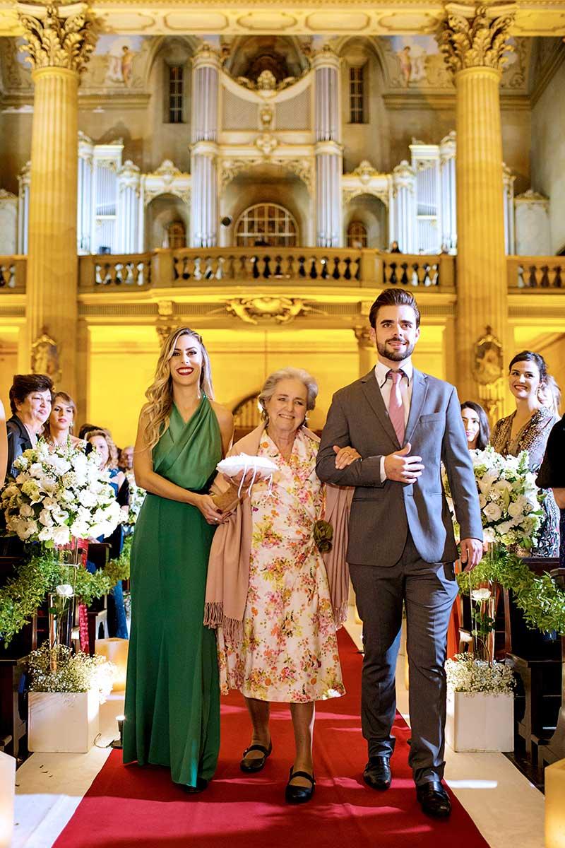 vó dos noivos entrando na igreja