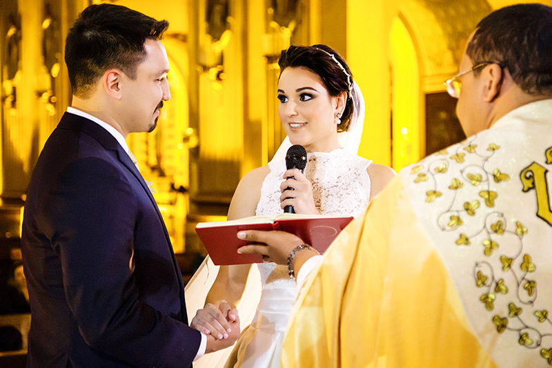 noiva lendo votos para noivo