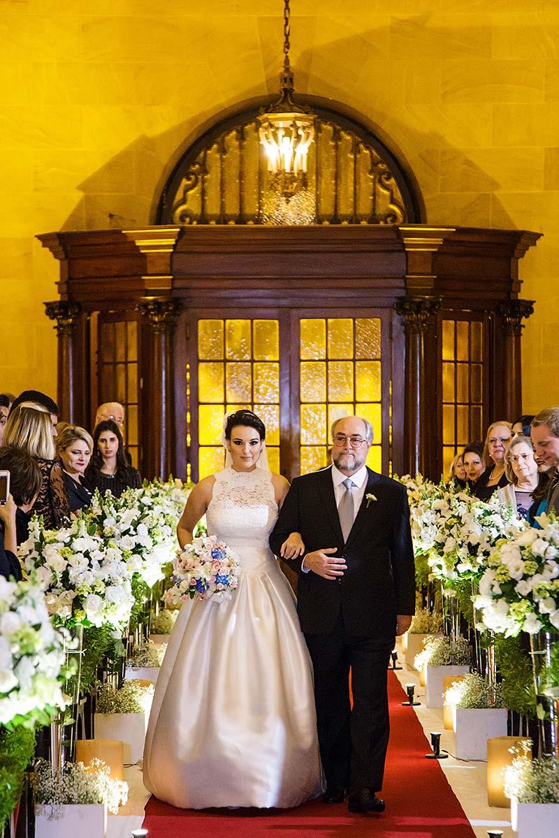 noiva e pai da noiva entrando na igreja