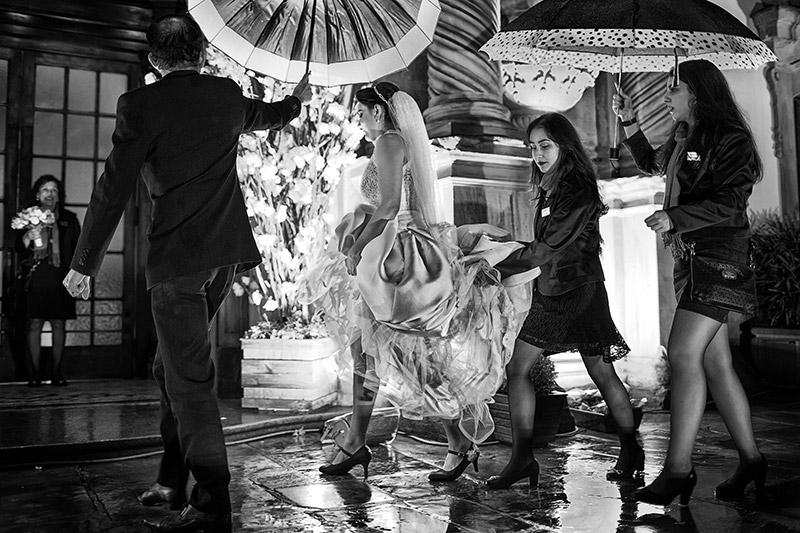 noiva antes de entrar na igreja com guarda-chuva