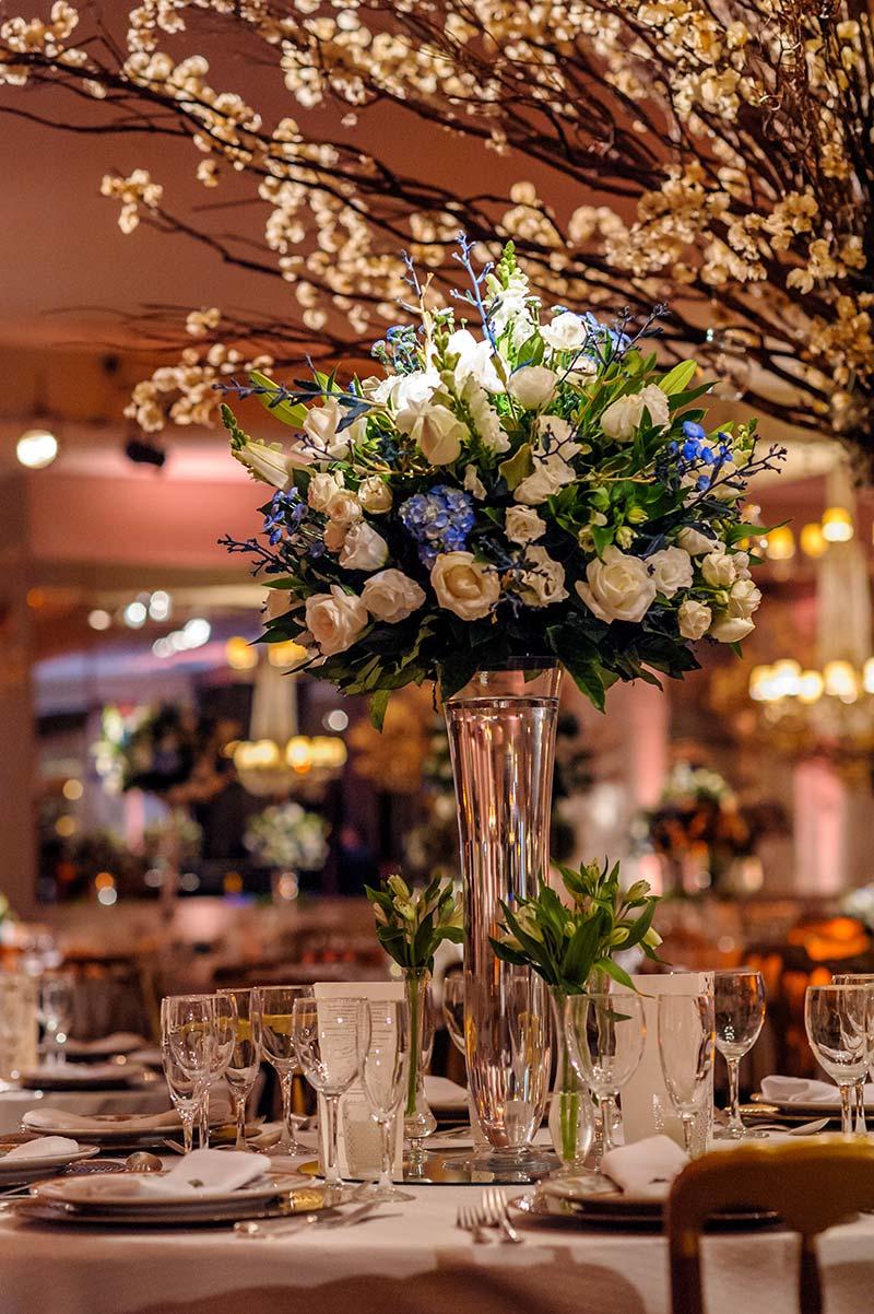 arranjo decoração de casamento com flores brancas e azuis