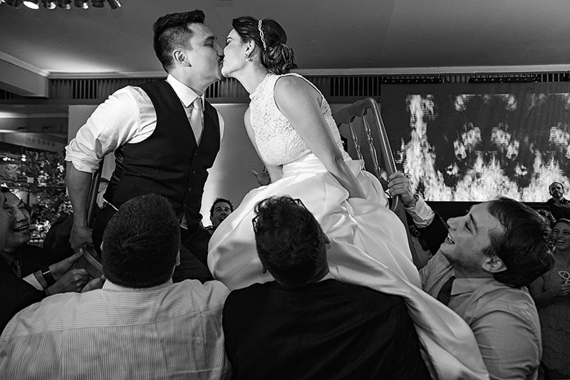 noivos se beijando na festa de casamento