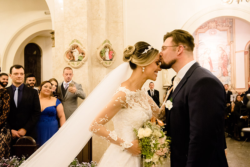 noivo recebendo a noiva no altar