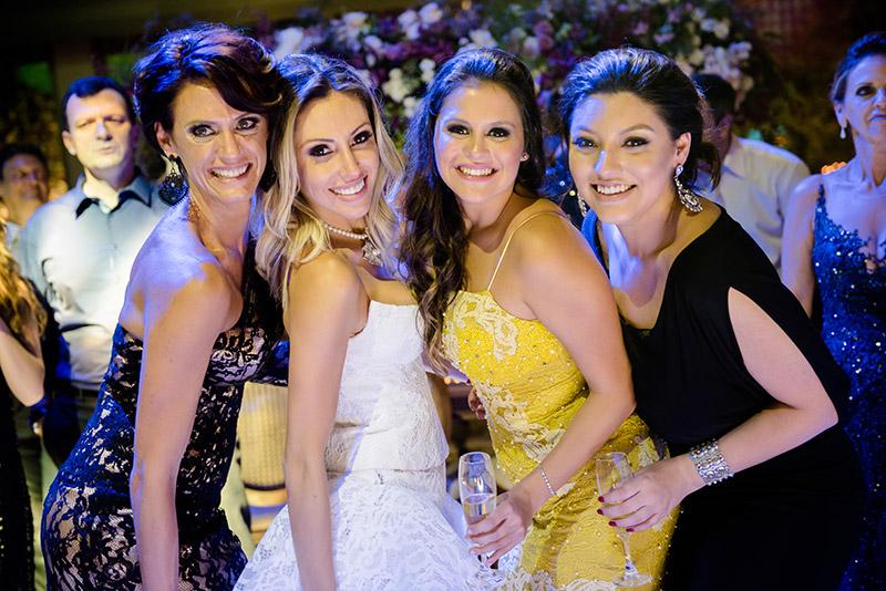 noiva e amigas na festa de casamento