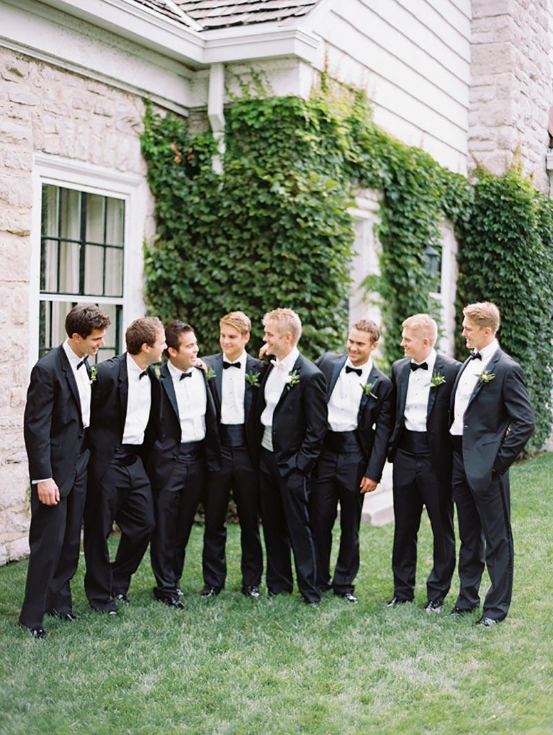 noivo e padrinhos comemorando casamento