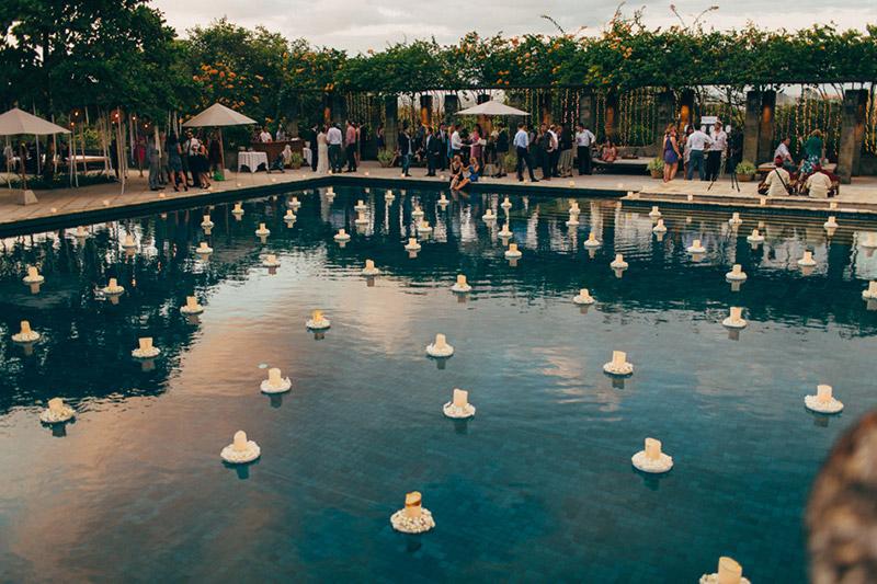 decoração de casamento com piscina e velas