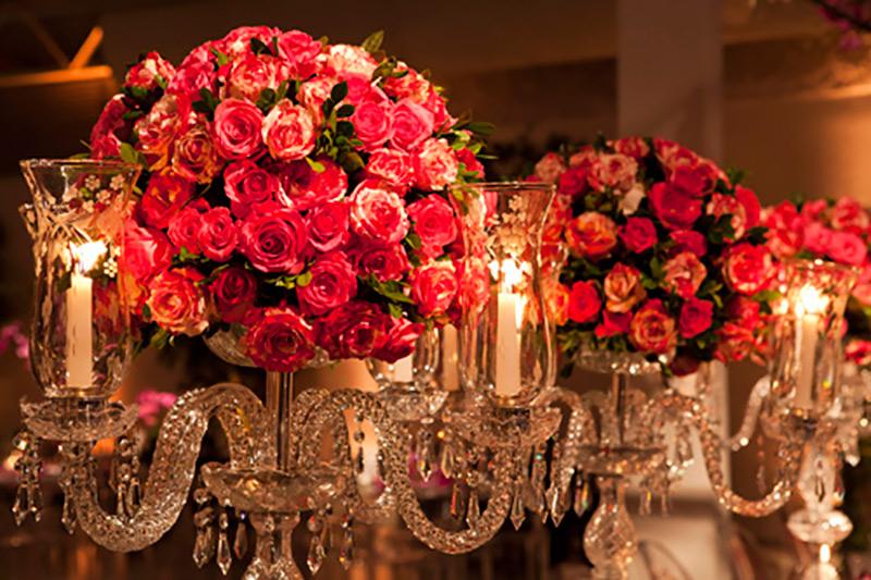 castiçal com flores e velas